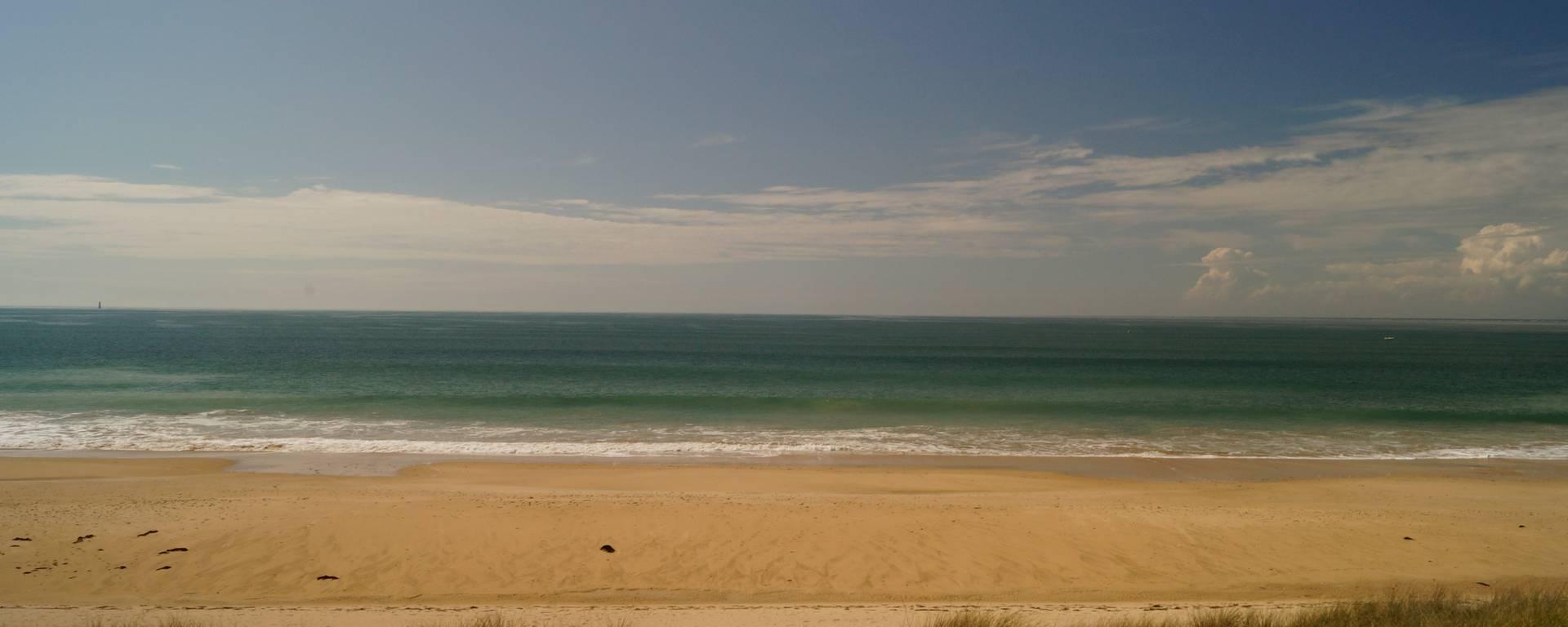 La plage et la mer bleue par Pierre Galine